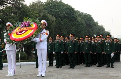 Thượng tướng Ngô Xuân Lịch dâng hương Đại tướng Nguyễn Chí Thanh