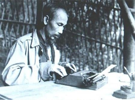 Bác Hồ tập viết báo