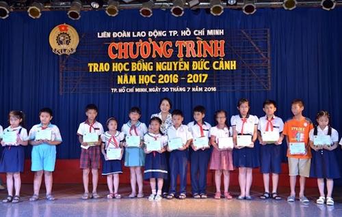 Trao học bổng Nguyễn Đức Cảnh cho con công nhân, viên chức, người lao động