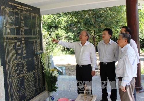 Thắp hương tưởng niệm các Anh hùng liệt sĩ tại Bia truyền thống Ban Tuyên huấn Trung ương Cục miền Nam