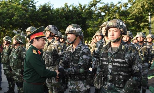 Đại tướng Ngô Xuân Lịch chúc mừng các lực lượng tham gia diễn tập.