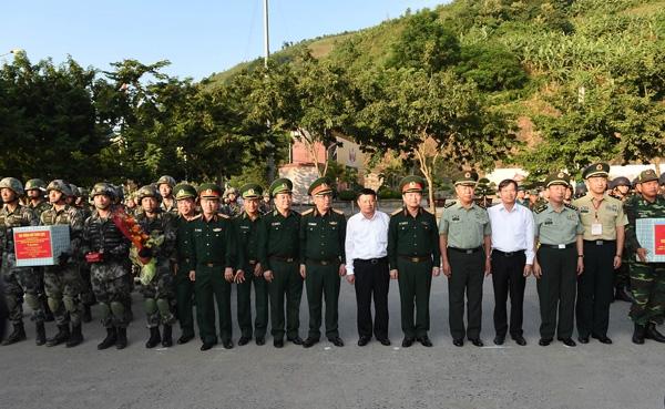 Lãnh đạo Bộ Quốc phòng và đại biểu hai nước Việt Nam - Trung Quốc chụp ảnh lưu niệm với các lực lượng tham gia diễn tập.