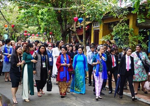 Phu nhân các trưởng đoàn nền kinh tế APEC tham quan phố cổ Hội An