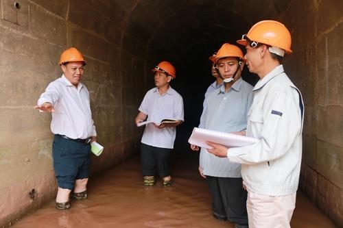 Anh bộ đội Việt Nam và những việc làm giúp người dân Lào
