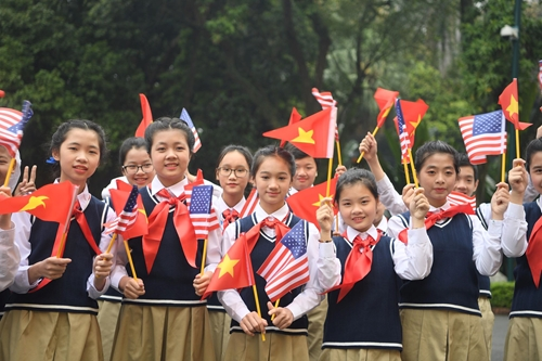 Thiếu nhi Việt Nam chờ đón Tổng thống Donald Trump tại Phủ Chủ tịch