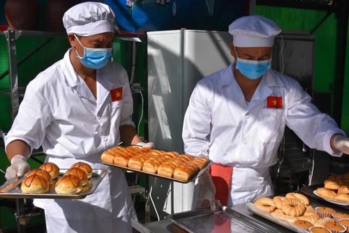 Anh nuôi Bếp Dã chiến Việt Nam khéo léo, sáng tạo
