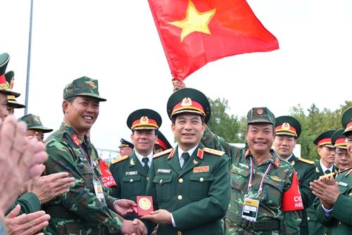 Thượng tướng Phan Văn Giang chúc mừng Đội tuyển Xe tăng Việt Nam về nhì Chung kết