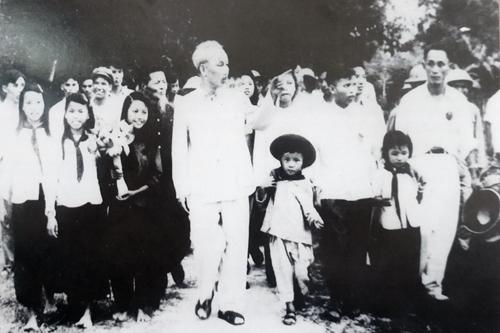 """Triển lãm """"50 năm thực hiện Di chúc Chủ tịch Hồ Chí Minh""""."""