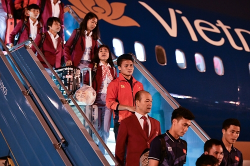 Đội bóng đá nam và nữ về tới Việt Nam trong sự đón chào của người hâm mộ