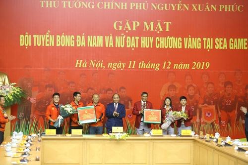 Thủ tướng Nguyễn Xuân Phúc gặp mặt các đội tuyển bóng đá nam và nữ giành HCV tại SEA Games 30