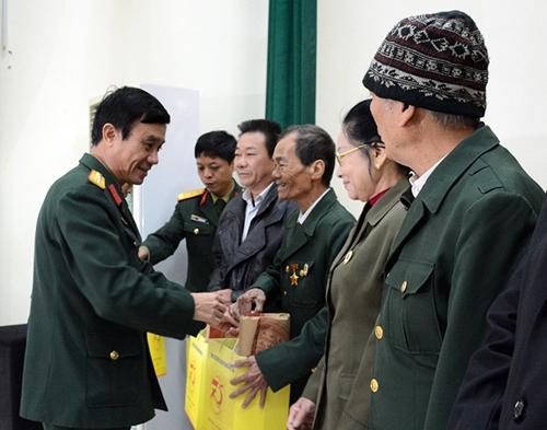Cơ quan Tổng cục Chính trị trao quà tặng người có công trên địa bàn xã Đa Tốn