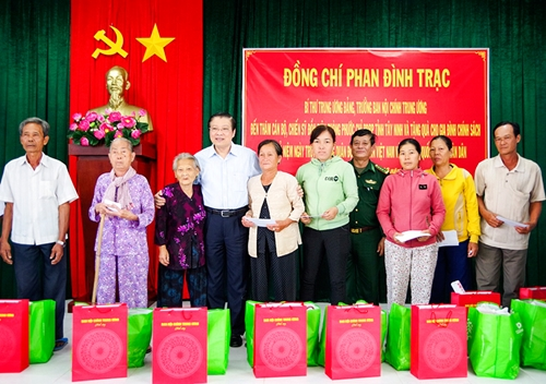 Ban Nội chính Trung ương thăm, tặng quà Đồn Biên phòng Phước Chỉ