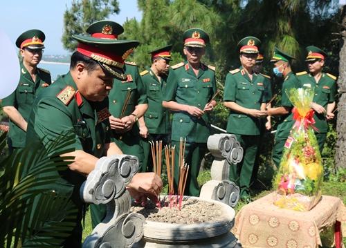 Đoàn công tác Bộ Quốc phòng dâng hoa, dâng hương tưởng niệm các anh hùng liệt sĩ
