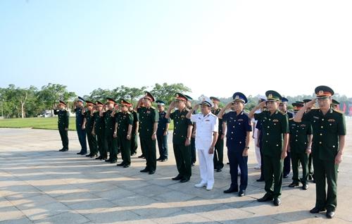 Đoàn công tác Bộ Quốc phòng dâng hương Nghĩa trang liệt sĩ tỉnh Quảng Nam và Tượng đài Bà mẹ Việt Nam anh hùng