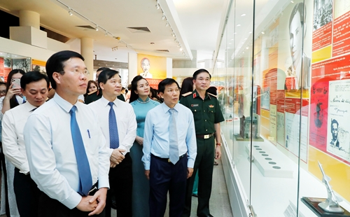 Trưng bày hơn 200 tài liệu, tư liệu ảnh, hiện vật và tranh cổ động về chân dung Chủ tịch Hồ Chí Minh