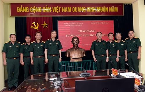 Bộ tư lệnh Bảo vệ Lăng Chủ tịch Hồ Chí Minh trao tặng Báo Quân đội nhân dân tượng Bác Hồ