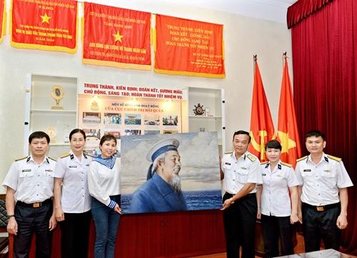 Họa sĩ Nguyễn Thu Thủy trao tranh chân dung Bác Hồ tặng Bộ tư lệnh Quân chủng Hải quân