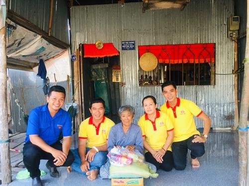 """""""Hiệp sĩ"""" Huỳnh Chí Trung và câu chuyện giúp người nghèo"""