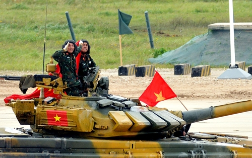 Không khí vỡ òa trên khán đài ở Alabino khi xe tăng Việt Nam về nhất