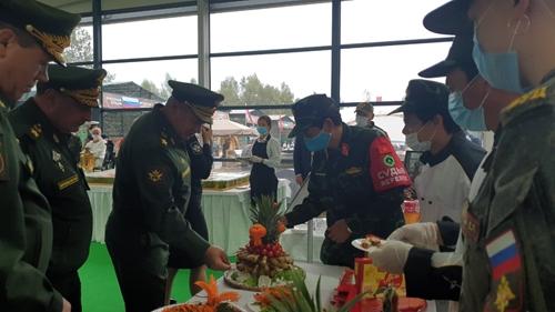 Bộ trưởng Quốc phòng Liên bang Nga cắt bánh gato tặng đội tuyển Bếp dã chiến QĐND Việt Nam