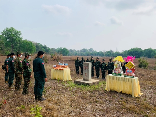 Chúc Tết và tặng quà cho lực lượng bảo vệ biên giới nước bạn Campuchia