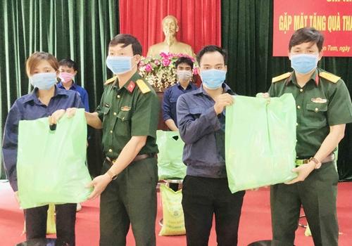 Khám bệnh, cấp thuốc miễn phí và tặng quà nhân dân vùng biên giới