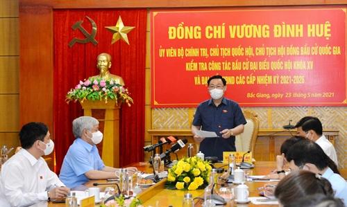 Chủ tịch Quốc hội Vương Đình Huệ kiểm tra công tác bầu cử tại tỉnh Bắc Giang