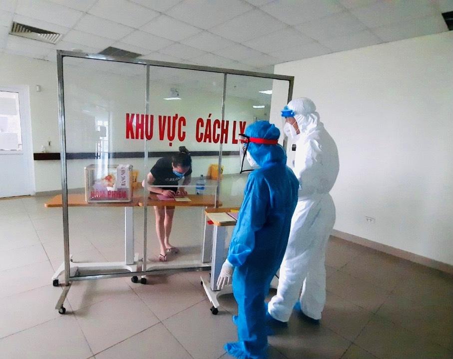 Người nhà bệnh nhân đang lựa chọn những đại biểu ưu tú để bầu trong khu cách ly Bệnh viện Bệnh Nhiệt đới Trung ương cơ sở 2.