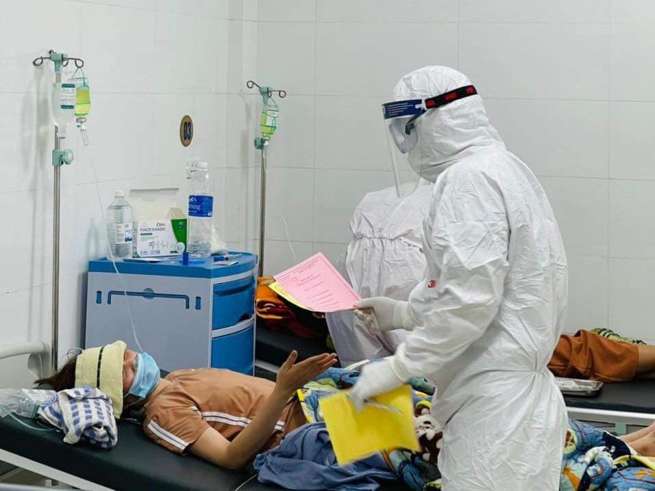 Đối với những bệnh nhân nặng không đi lại được, tổ bầu cử sử dụng hòm phiếu di động để bệnh nhân thực hiện bỏ phiếu tại giường bệnh.