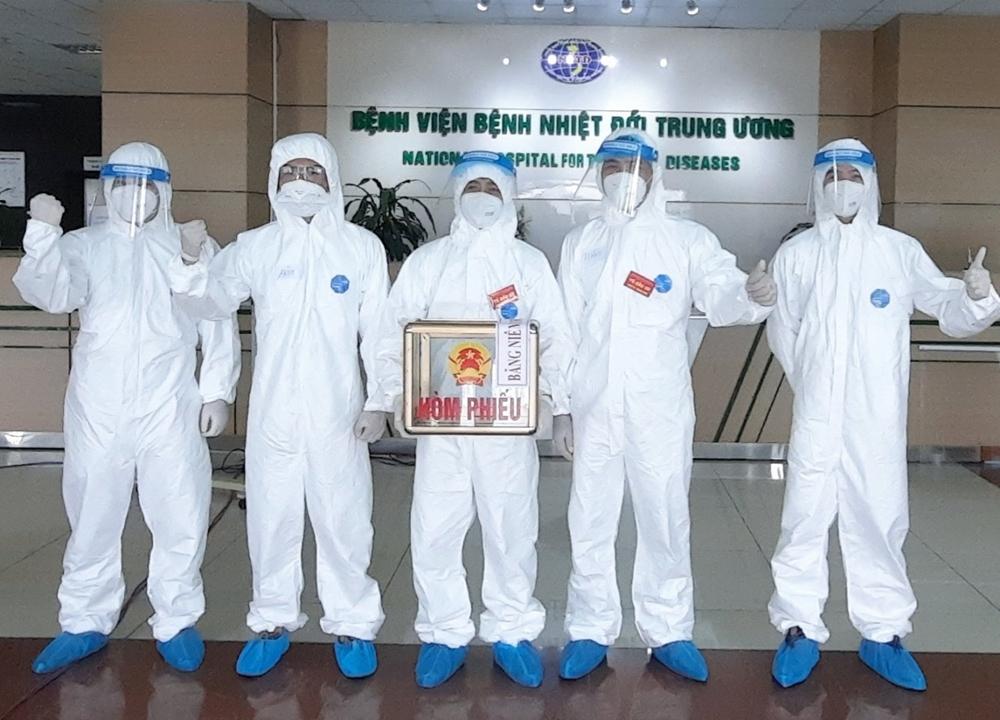 Bác sĩ, nhân viên y tế, bệnh nhân ở tâm dịch Covid-19 tại Bệnh viện Bệnh Nhiệt đới Trung ương (Kim Chung, Đông Anh) đã bầu cử ngay tại bệnh viện.