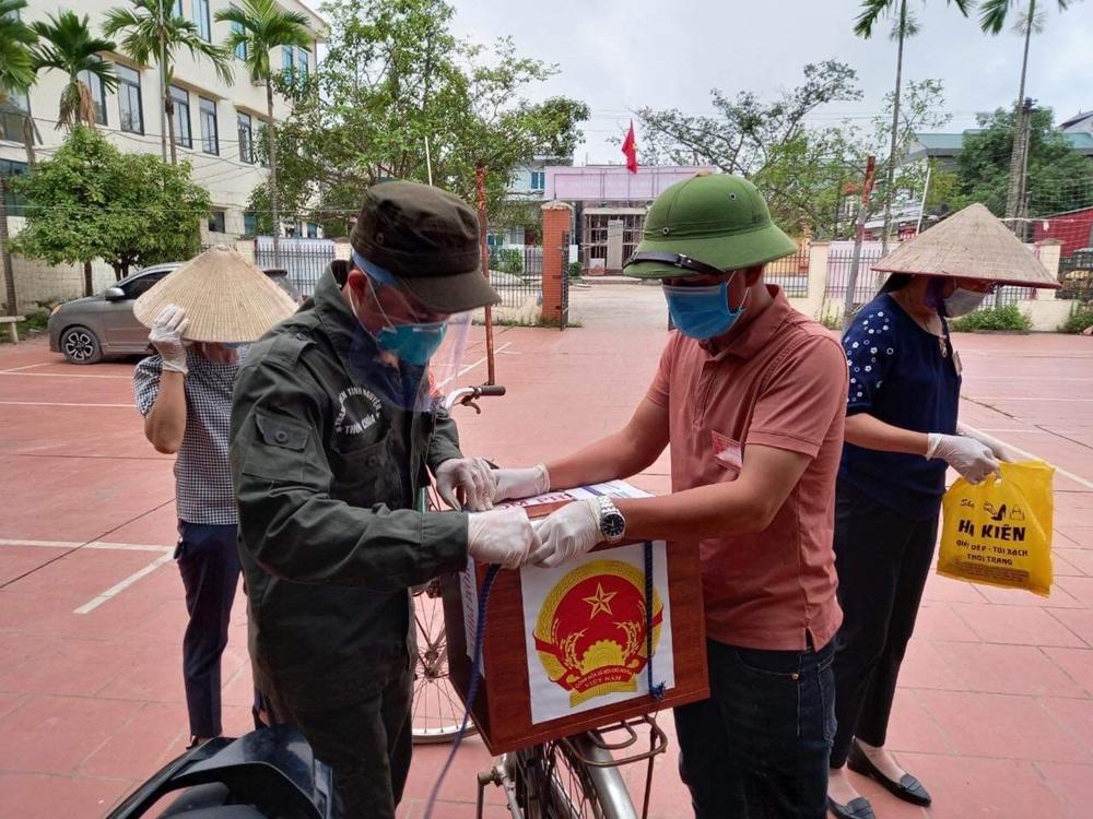 Thành viên tổ bầu cử thôn Chùa, xã Tăng Tiến, huyện Việt Yên, tỉnh Bắc Giang buộc hòm phiếu lên xe đạp.