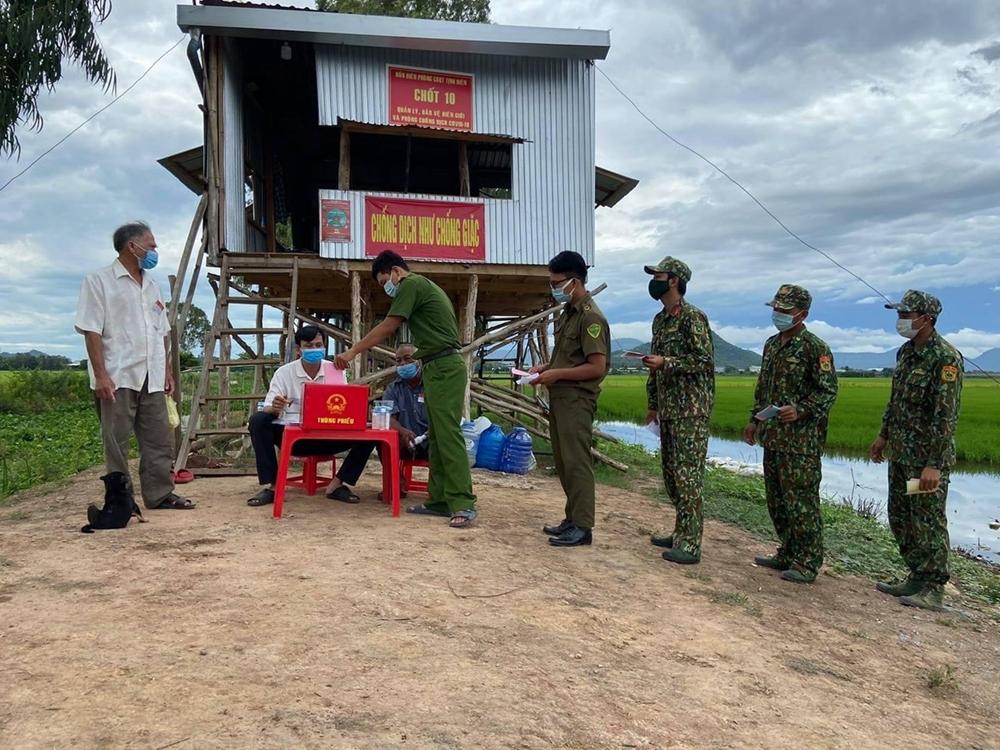 Cán bộ, chiến sĩ các lực lượng tại chốt số 10 Đồn Biên phòng cửa khẩu quốc tế Tịnh Biên, BĐBP An Giang thực hiện quyền công dân tại chốt.