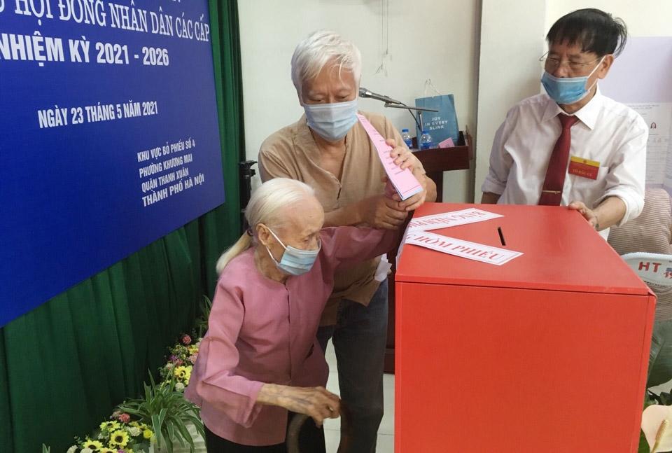 Cụ Trần Thị Thanh Hà, 102 tuổi thực hiện quyền bầu cử tại khu vực bầu cử số 4, phường Khương Mai, quận Thanh Xuân.