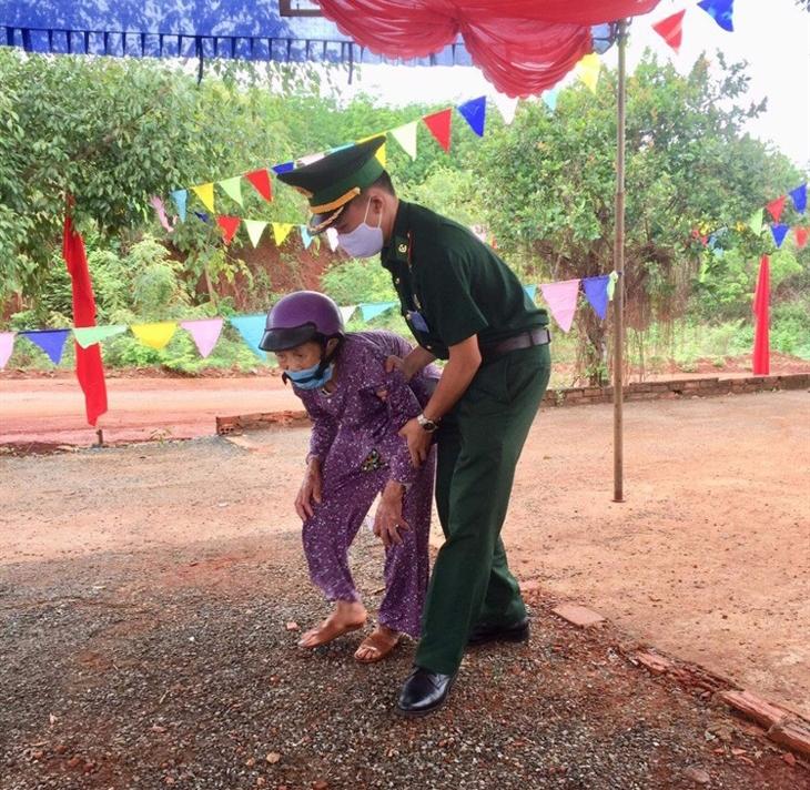 Cán bộ đồn Biên phòng Ia Nam, BĐBP Gia Lai hỗ trợ cử tri cao tuổi xã Ia Nan, huyện Đức Cơ, tỉnh Gia Lai đến khu vực bỏ phiếu bầu cử.