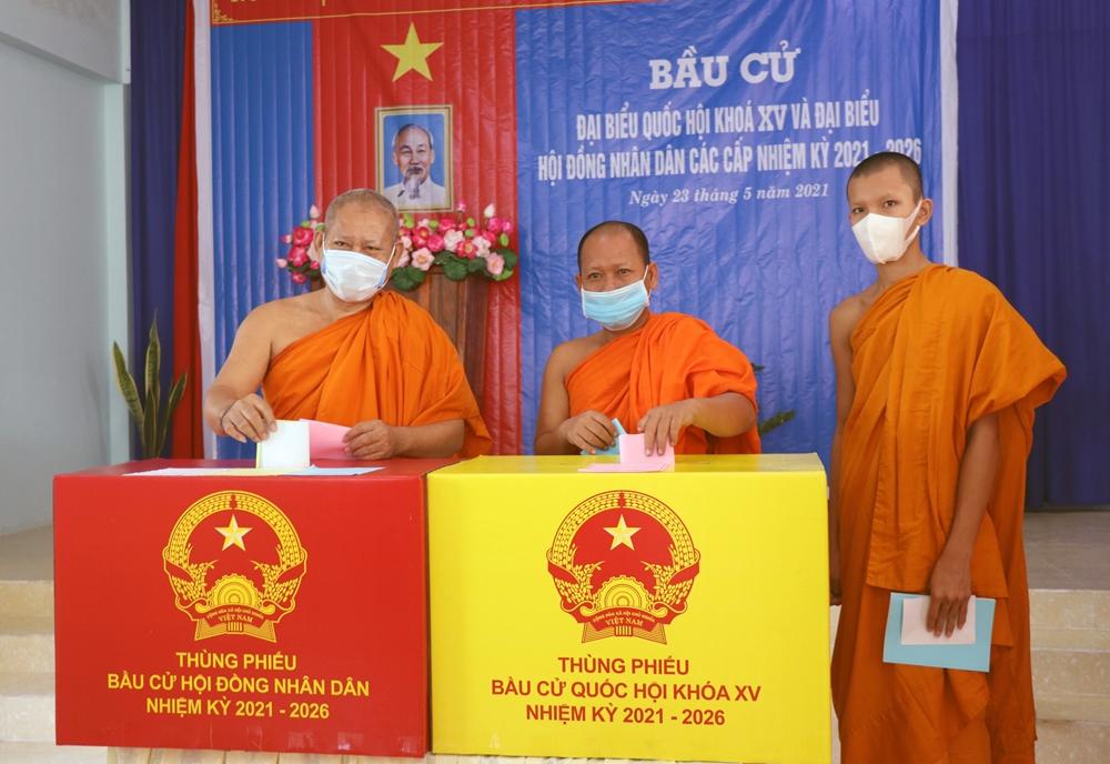 Các chức sắc, chức việc đồng bào Khmer ở tỉnh Bạc Liêu tham gia bầu cử.