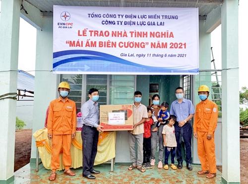 """Công ty Điện lực Gia Lai tặng nhà """"Mái ấm biên cương"""" cho hộ nghèo"""