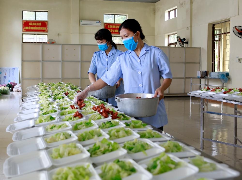 Những bữa cơm thơm dẻo và bổ dưỡng phục vụ công dân trong các khu, điểm cách ly có sự đóng góp rất lớn của các nữ quân nhân.