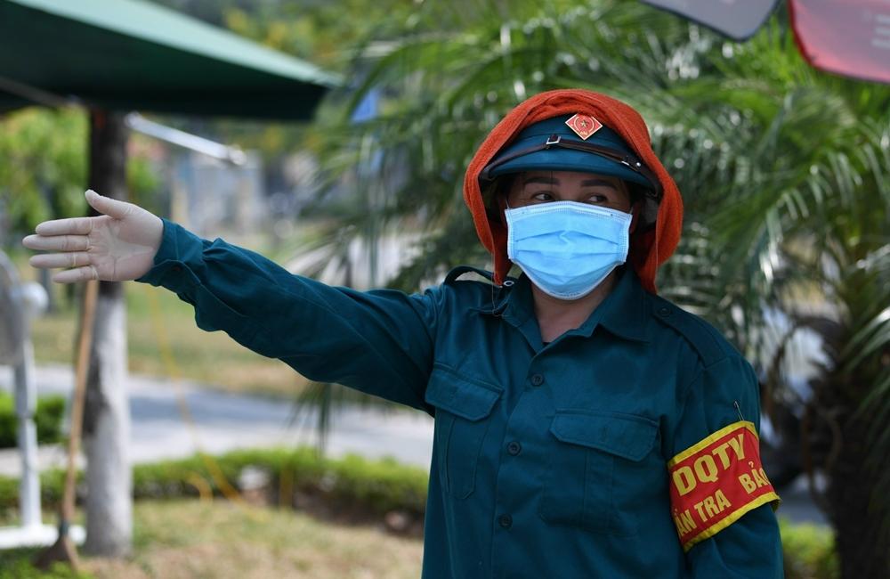 Không kể những ngày mưa trắng, các nữ dân quân tự vệ phối hợp cùng các lực lượng bám chốt kiểm soát PCD. Trong ảnh: Nữ quân nhân tự vệ điều phối giao thông tại chốt kiểm soát PCD tại TP Bắc Ninh.
