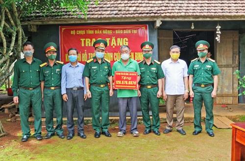 Bộ CHQS tỉnh Đắk Nông trao tiền hỗ trợ xây nhà cho cựu chiến binh