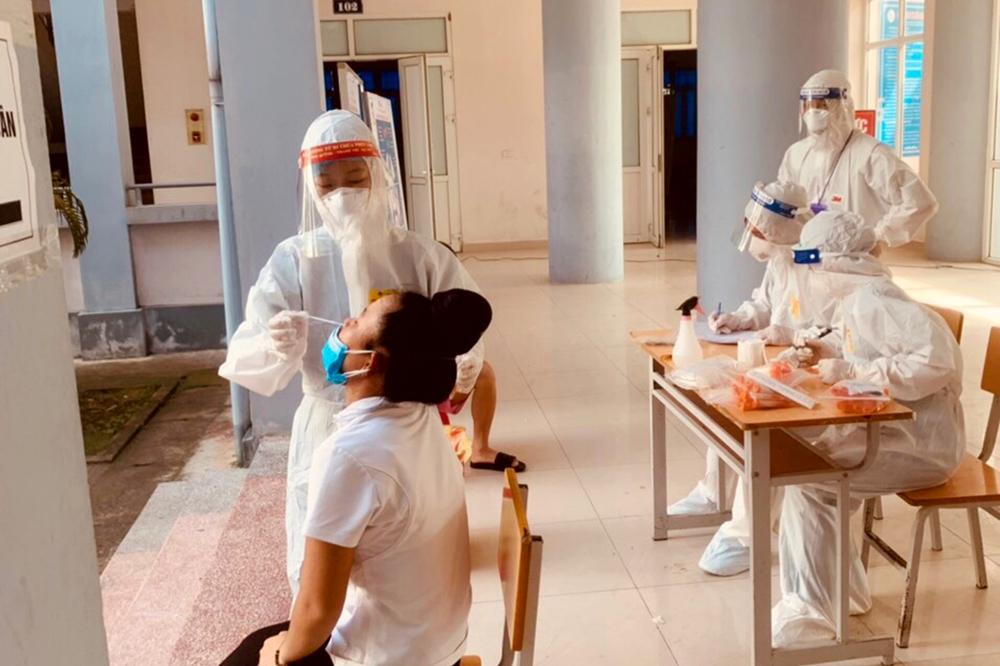 Các bác sĩ của Trung tâm y tế huyện Văn Chấn (tỉnh Yên Bái) tăng cường cho Bắc Giang chống dịch từ cuối tháng 5 đang tiến hành lấy mẫu xét nghiệm định kỳ cho công dân.