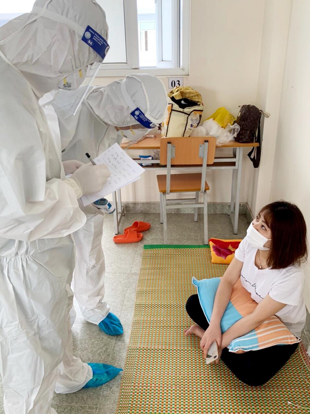 Cán bộ y tế thăm khám và ghi chép lại tình hình sức khỏe công dân mỗi ngày.