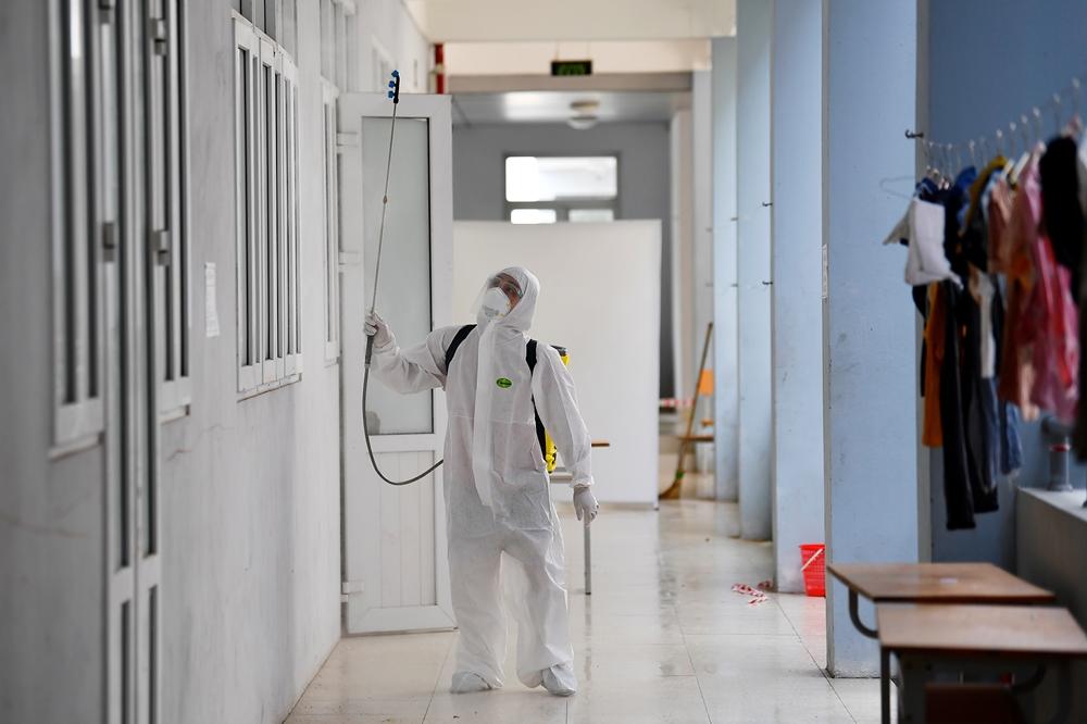 Nhân viên y tế tiến hành phun khử khuẩn nhiều lần trong ngày.