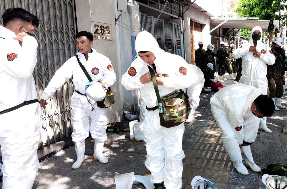 Bộ đội chuẩn bị trang phục chuyên dụng trước khi thực hiện nhiệm vụ.