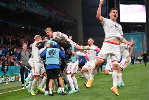 Thắng đậm Đội tuyển Nga, Đội tuyển Đan Mạch may mắn có vé vào vòng 1/8
