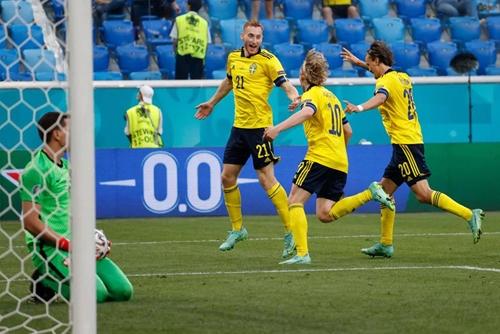 Thụy Điển và Tây Ban Nha giành vé vào vòng knock-out
