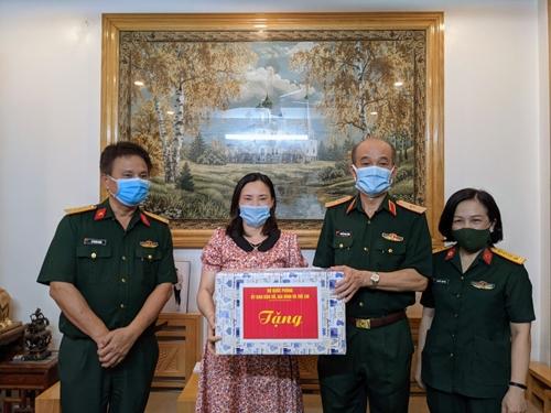Thăm, tặng quà gia đình quân nhân có hoàn cảnh đặc biệt khó khăn