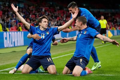Italia giành vé vào tứ kết sau chiến thắng nhọc nhằn trước Áo