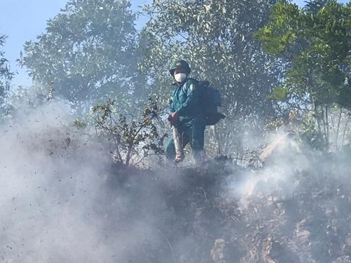 Bộ CHQS tỉnh Nghệ An huy động 200 cán bộ, chiến sĩ tham gia chữa cháy rừng