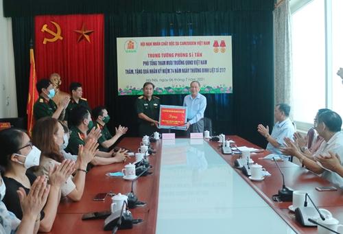Bộ Tổng Tham mưu tặng quà Hội Nạn nhân chất độc da cam/dioxin Việt Nam