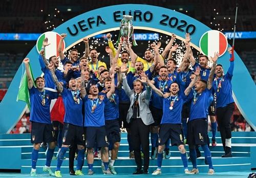 Khoảnh khắc ĐT Italia nâng cao chiếc cúp vô địch Euro 2020